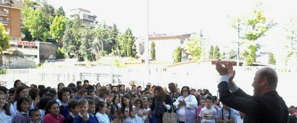 Il sindaco consegna ai ragazzi delle elementari l'ecobonus